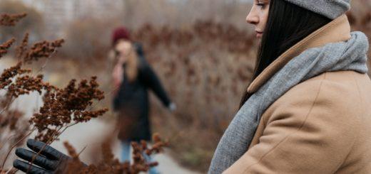 Rodina na podzimní procházce v přírodě